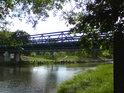 Pohled z pravého břehu Orlice na železný most v Malšovicích, zvaný Klapák.
