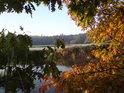 Řeka Orlice v podzimních barvách, v pozadí Suté břehy.